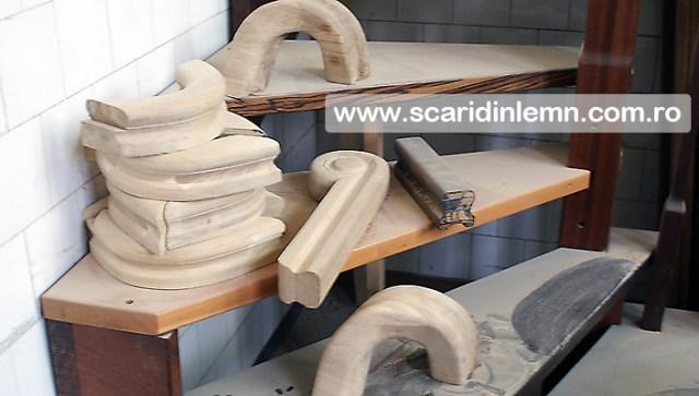 atelier tamplarie scara interioara, trepte beton placat cu lemn, vang modular, mana curenta continuua din lemn curbat, pret