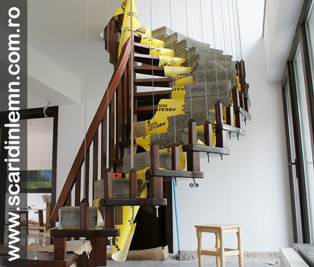 greutati-pe-scara-interioara-din-lemn-masiv-vanguri-trepte-suspendate-pe-corzi