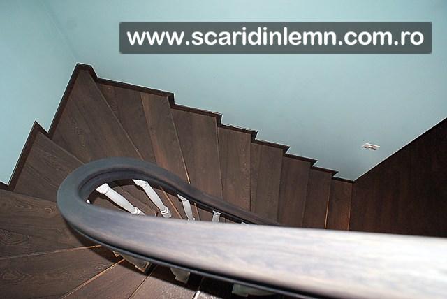 balustrii albi si mana curenta lemn masiv curbat scara interioara din lemn