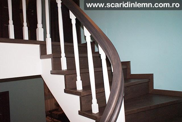 mana curenta din lemn curbat cu balustrii albi scari interioare lemn masiv