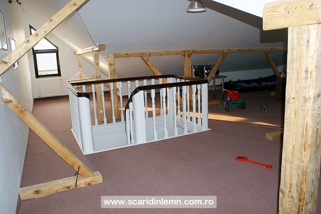 Scara interioara de lemn cu trepte de beton placat cu lemn, vang modular, mana curenta continuua din lemn curbat, pret