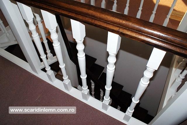 Scara interioara de lemn cu trepte de beton placat cu lemn, mana curenta continuua din lemn curbat, vang modular