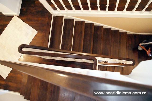 scara interioara din lemn masiv vang modular placare trepte de lemn cu mana curenta lemn curbat proiectare design productie