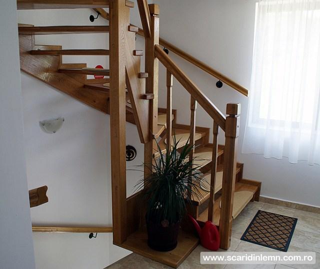 scari interioare din lemn masiv pe vanguri deschise