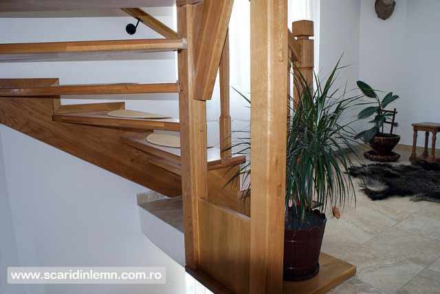 scari interioare de lemn masiv pe vanguri deschise