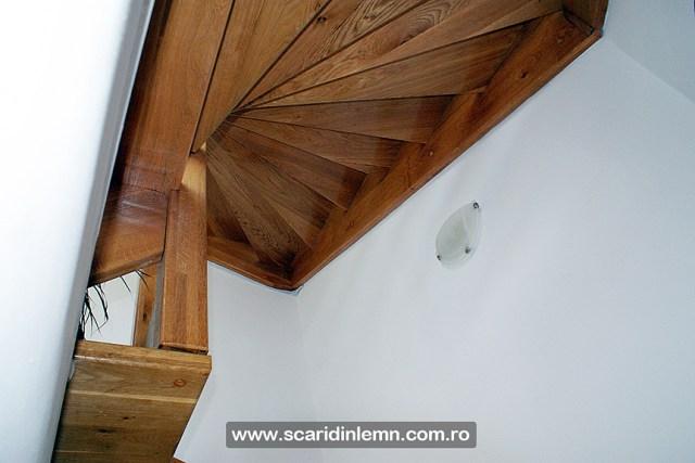 scara interioara de lemn masiv pe vanguri deschise