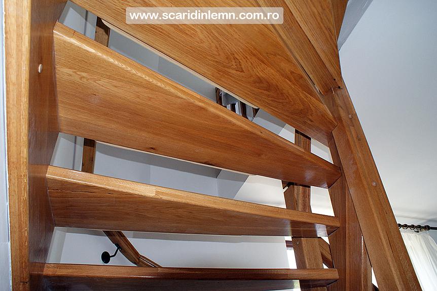 scara interioara cu vanguri deschise din lemn masiv