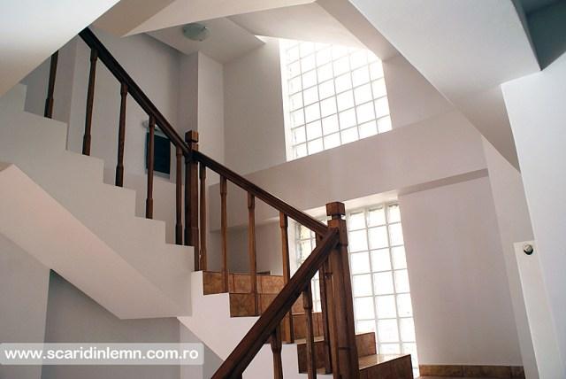 scari interioare din lemn masiv pe vanguri inchise cu mana curenta si balustrii pe casa scarii