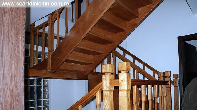 scari interioare de lemn masiv pe vanguri inchise cu mana curenta si balustrii din lemn pe casa scarii