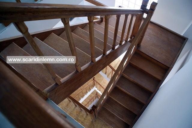 scari interioare de lemn cu mana curenta si balustrii din lemn pe vanguri inchise preturi