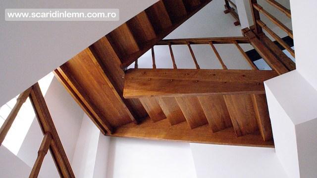 scara interioara de lemn cu mana curenta si balustrii din lemn pe vanguri inchise preturi