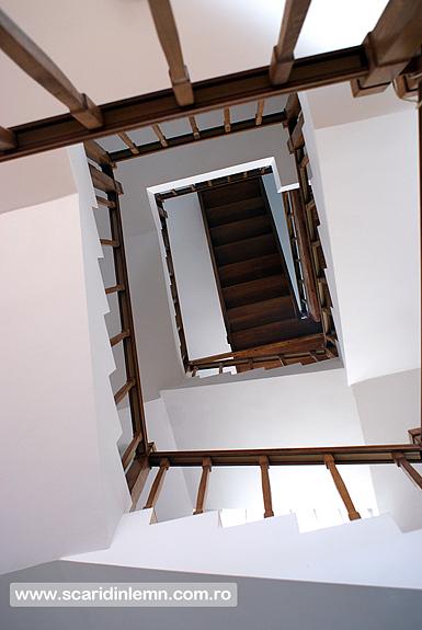 scara interioara de lemn cu balustrada si balustrii din lemn pe vanguri inchise preturi design si proiectare scari