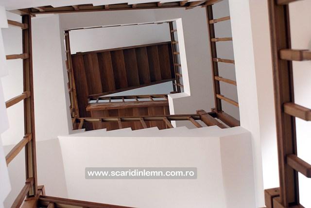 scari interioare de lemn cu balustrada si balustrii din lemn pe vanguri inchise preturi design si proiectare scari
