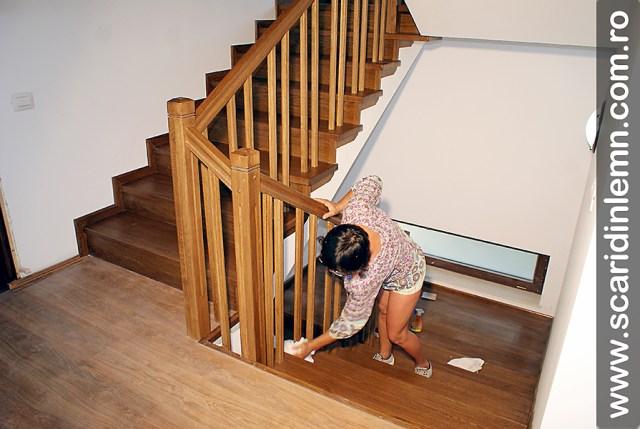 montaj scari interioare din lemn masiv cu trepte de lemn placate si balustri
