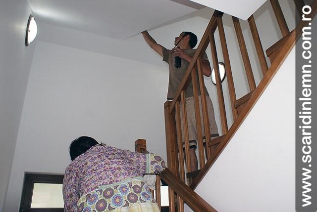montaj scara interioara din lemn masiv cu trepte de lemn placate