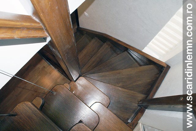 Scari din lemn masiv  combinata, trepte in evantai, drepte, cu pas conditionat, economica