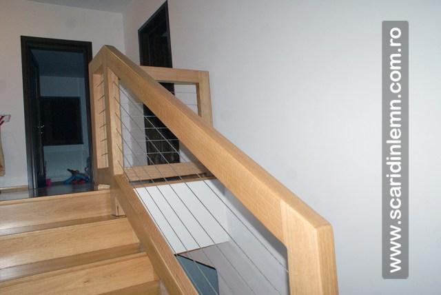 Scara cu trepte placate din lemn masiv cu mana curenta cu sarme