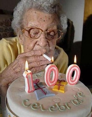 Nonna si fuma i 100 anni