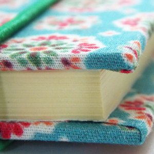 Hellblaues Tagebuch mit Gummikordel