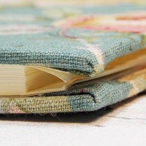 Gruenes kleines Adressbuch mit Rosen