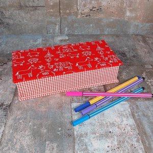 Rotes Stiftekästchen mit Karos und Tieren