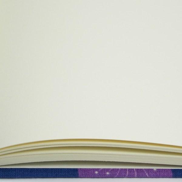 Notizbuch mit cremefarbenen Innenseiten blanko