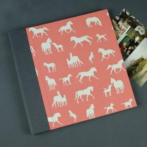 Quadratisches Kinderfotoalbum taupe apricot mit Pferden