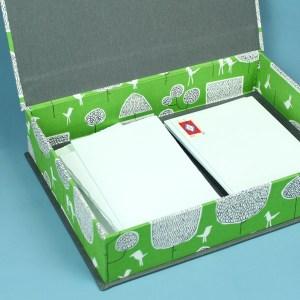 Leuchtend grün gemusterter Briefpapier Kasten