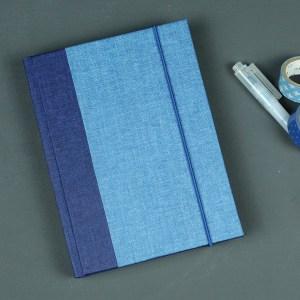 Kleines Leinen bezogenes Notizbuch in zwei Blautönen