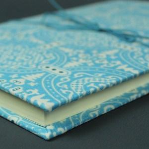 Stoff bezogenes personalisierbares hellblau weißes Tagebuch