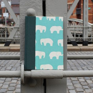 grün türkis Babytagebuch mit weißen Elefanten