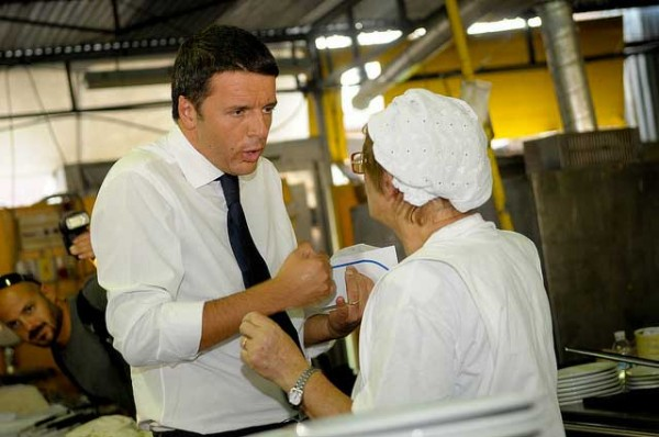 """Matteo Renzi nella cucina del """"Vignola"""" con Carla Malpighi. Foto di Dante Farricella"""