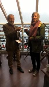 Winnaar Yanna Pelser ontvangt haar prijs van Ridder Dijkshoorn