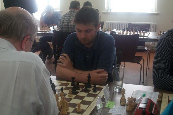 Das Feld komplettiert der Überraschungsmann von den SF Berlin Daniel McGowan. Nachdem Remis mit Sergej Kalinitschew schlug er gestern Ulf von Herman.