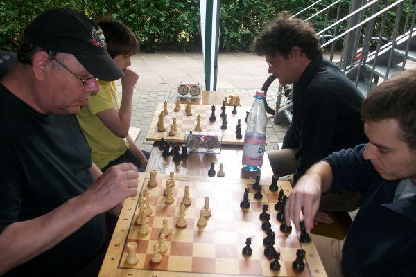 So wurde auch nach der letzten Runde unter dem Zelt gern analysiert, wie bspw. Matthias Hahlbohm und Yannick Kather.