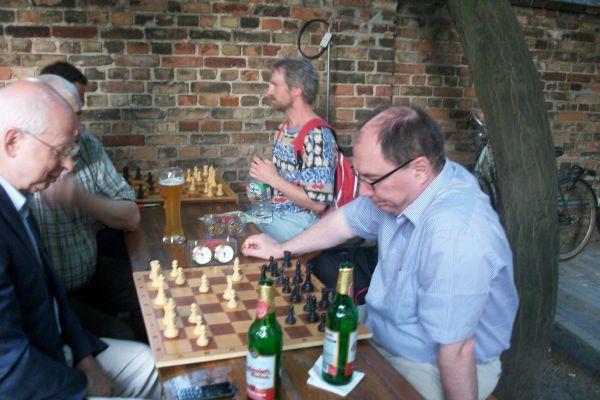 ... und blitzte sogleich einige Partien gegen seinen Vorgänger Horst Metzing.