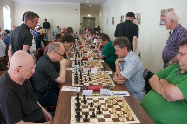 Robert Rabiega gewann in der 2. Runde gegen Shapiro und fabrizierte heute ein Großmeisterremis gegen Sergej Kalinitschew. Beide gehören zu dem Quintett der Führenden, die 4,5 Punkte aus 5 Partien haben.