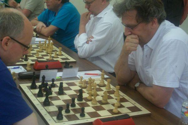 Zu den Führenden zählen darüber hinaus Rene Stern und Jürgen Brustkern, die sich heute duellieren.