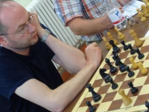 Ronny Gaehrts beherzigte den Rat Steinitz, dass der König eine starke Figur sei und auch im Mittelspiel eingesetzt werden solle.In diesem Fall spielte er jedoch ein wenig mit dem Feuer...