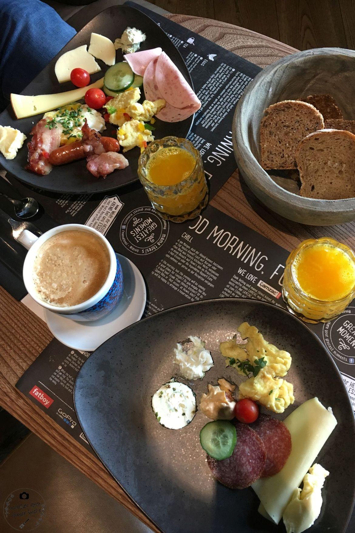 Breakfast Frühstück mama thresl Buffet Orangensaft Eier Rohmilch Kuh