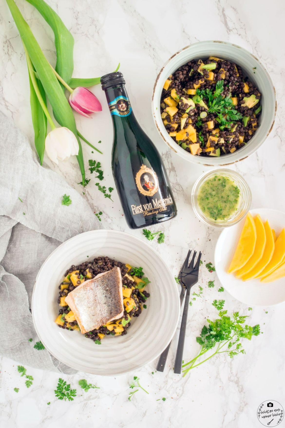 Fruchtiger Belugalinsensalat mit Kräuter-Sekt-Vinaigrette und Lachsforelle
