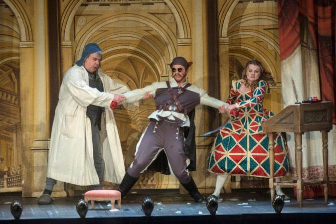 היא רוצה שהוא יישאר - הוא רוצה שהוא יילך - תמונה 2 מערכה I (צילום: Marcus Liberenz 2013 - מתוך הפקת האופרה הגרמנית בברלין)