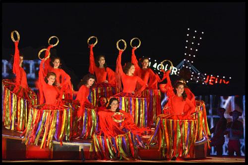 מערכה שנייה - הנשף בביתה של פלורה - רקדניות צועניות (צילום: יוסי צבקר)