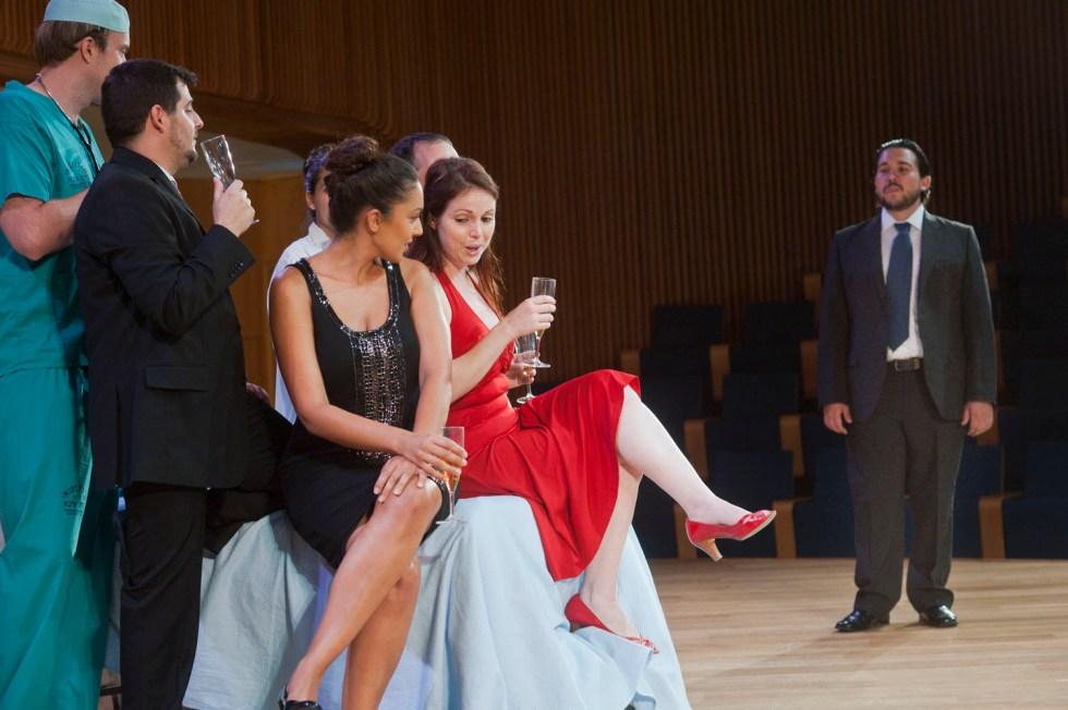 מסיבה בביתה של ויולטה - מערכה ראשונה (צילום: מקסים ריידר)