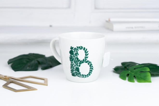DIY Geschenkidee Muttertag botanische Monogramm Tasse basteln -schereleimpapier DIY und Upcycling Blog aus Berlin - kreative Tutorials für DIY Geschenke, DIY Möbel und DIY Deko zum Basteln