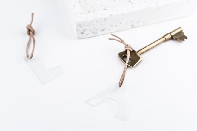 Plexiglas Leder Schlüsselanhänger basteln -schereleimpapier DIY und Upcycling Blog aus Berlin - kreative Tutorials für DIY Geschenke, DIY Möbel und DIY Deko zum Bastel