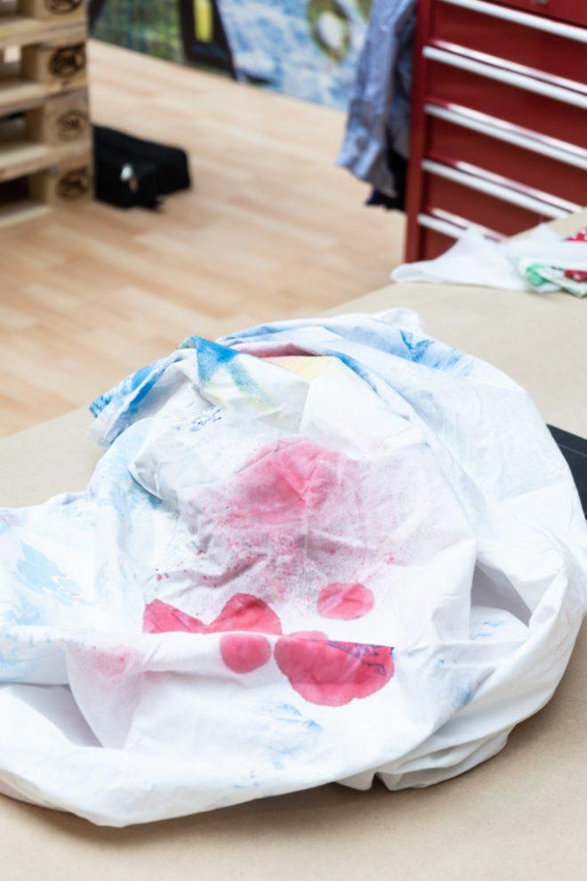 DIY Idee Jeansjacke mit geometrischen Motiven - schereleimpapier DIY und Upcycling Blog aus Berlin - kreative Tutorials für DIY Geschenke, DIY Möbel und DIY Deko zum Basteln