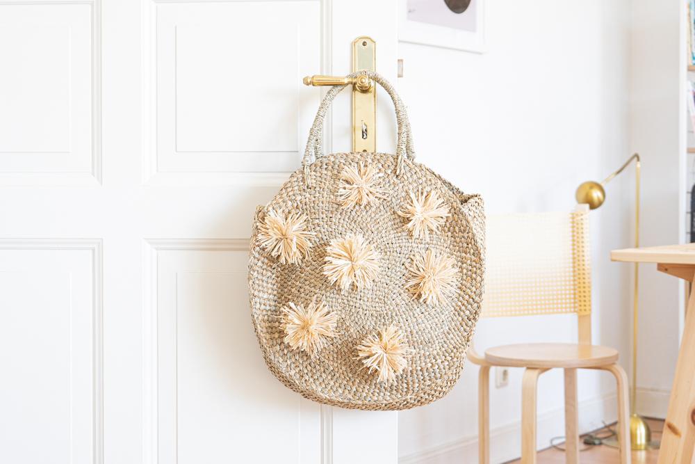 DIY Bali Tasche mit Pompons selber machen schereleimpapier DIY und Upcycling Blog aus Berlin - kreative Tutorials für DIY Geschenke, DIY Möbel und DIY Deko zum Basteln