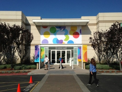 Eingangsbereich der Stadthalle von Cupertino, mit Apple-Banner über den Türen.