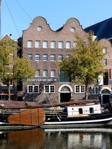 Vorig jaar heeft   de Stichting Nationaal Jenevermuseum Schiedam 75.000 euro aan extra gemeentelijke subsidie ontvangen. Het betrog een eenmalige subsidie ter versterking van de liquiditeitspositie. Bij de toekenning van de extra subsidie gold als voorwaarde dat het bestuur van het Jenevermuseum een herstelplan zou opstellen.